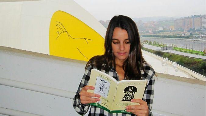 Marina leyendo Tu empresa secreta