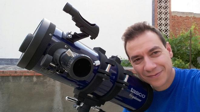 Carlos Rebate con telescopio